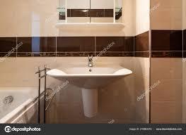 Vorderansicht Badezimmer Mit Braunen Fliesen Moderne Niemand Inneren