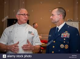 Vice Comandante della Guardia Costiera Charles Michel parla di celebrity  chef Robert Irvine, durante un uso