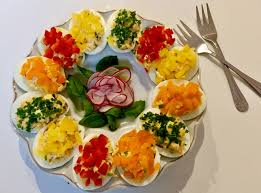 Kolorowe jajeczka faszerowane żółtym serem, szczypiorkiem oraz rzodkiewką  pięknie i smacznie zaprezentują się na wielkanocn… | Food, Cooking recipes,  Food and drink