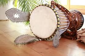 Alat musik jenis ritmis adalah alat musik yang tidak mempunyai nada, tetapi hanya memiliki perbedaan tinggi bunyi untuk mengeluarkan irama. Alat Musik Ritmis Tradisional Dan Modern Penjelasan Lengkap
