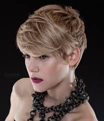 Moderne Blondjes Met Korte Kapsels Voor Meisjes Die Modebewust Zijn