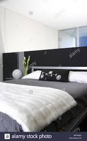Doppelbett Mit Trennwand Als Kopfteil Im Modernen Schlafzimmer