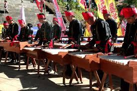 Alat musik kolintang merupakan jenis alat musik tradisional terbuat dari kayu yang dipotong sesuai dengan ukuran dan disusun diatas alas kayu yang berfungsi sebagai resonator. Kolintang Sejarah Asal Bentuk Gambar Jenis Cara Memainkan Lengkap Artikel Materi