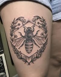 рисунок пчелы на бедре женщины фото рисунки эскизы