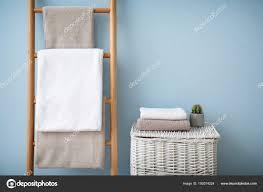 Saubere Handtücher Auf Halter Und Wicker Korb Im Badezimmer