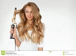 Krullend Haar Mooie Vrouw Die Lang Golvend Haar Met Ijzer Krullen