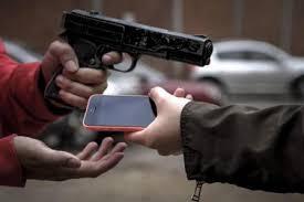 Resultado de imagem para homem roubando celular