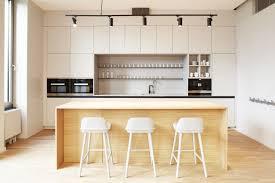 helle freundliche Küche in hellgrau kombiniert mit einem