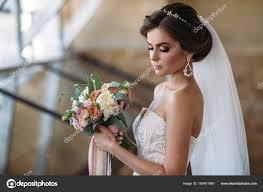 Portrét Krásné Nevěsty S Květy Kytice V Bílém Luxusní šaty Nádherný
