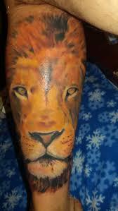 тату лев на правой ноге