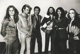 The early 70's roxy music incarnation was a much more openly experimental and avant grade band than the slick, richly produced form they took in the 80's and beyond. Brian Eno News On Twitter Roxy Music 1973 Paul Thompson Andy Mackay Bryan Ferry Phil Manzanera John Porter And Brian Eno Glam Https T Co Oboopim9ee