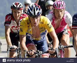 Dpa) - Noi ciclista Lance Armstrong (C) del team US Postal Service è a capo  di un gruppo di cinque tra loro ciclista tedesco Jan Ullrich (R) del team  T-Mobile e il