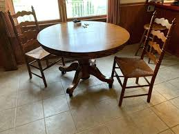 oak pedastal table lot of round oak pedestal table with 2 leaves and 2 chairs oak