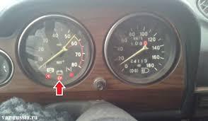 Замена реле лампы заряда АКБ на ВАЗ ВАЗ  Лампа заряда АКБ указана стрелкой на тахометре автомобиля ВАЗ 2106