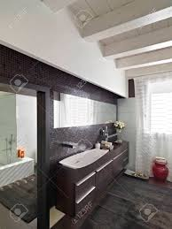 Holzmöbel Von Einem Modernen Badezimmer Mit Holzboden Und Holzdecke