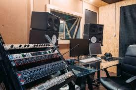 Запись песни в подарок на студии Песня на свадьбу песня на день  Контрольная комната мониторы