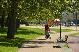 Resultado de imagen de mujer paseando empujando carrito de niña pequeña