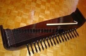 Bentuk alat musik tifa ini menyerupai gendang kecil namun panjang. 2