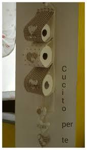 Un pratico e utile porta rotoli per la toilette ma deve stare a