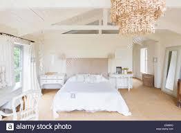Kronleuchter Und In Rustikalen Schlafzimmer Stockfoto Bild