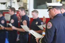Draws Badge Recordcourier Pinning com Firefighter Crowd