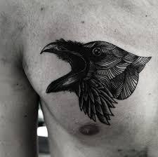 фото тату вороны в стиле графика на груди парня фото рисунки эскизы