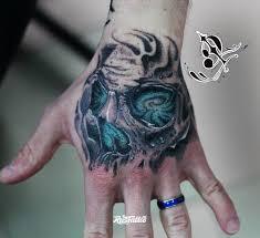 фото татуировки череп на кисти в стиле нео традишнл нью скул олд