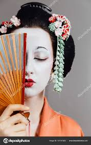 芸者メイクや伝統的な日本の着物の女性スタジオ屋内 ストック写真