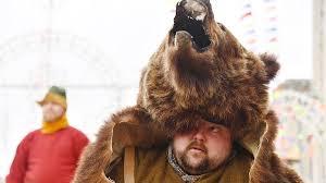 В Бурятии человек в <b>костюме</b> медведя проголосовал на выборах ...