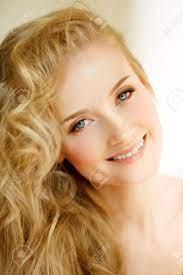 낭만적 인 금발. 젊은 아름 다운 귀여운 여자. 긴 반짝 이는 머리, 빛나는 피부와 볼륨 감이있는 미용사 로열티 무료 사진, 그림,  이미지 그리고 스톡포토그래피. Image 89354386.
