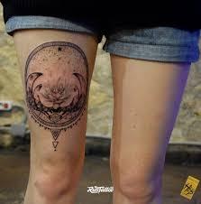 фото татуировки лотос в стиле черно белые татуировки на бедре