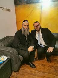El Rabino Aaron Laine junto al Rabino Simantob Nigri antes de la charla, en  una entrevista. – Bnai Brith Peru