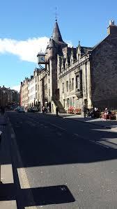 Skottlands huvudstad ligger i landets sydöstra del längs kusten. Skottlands Huvudstad Bara Brittiskt