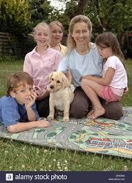 Ministro degli affari di famiglia della Bassa Sassonia, Ursula von der Leyen  con i suoi figli (l-r) Egmont, Victoria, donata e di Gracia e il loro cane  Milou il 5 di luglio