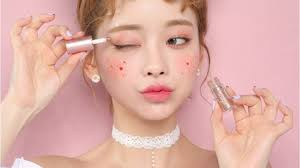 a model wearing beige chuu korean makeup
