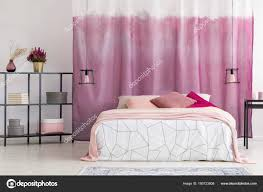 Elegante Schlafzimmer Mit Rosa Vorhang Stockfoto Photographeeeu