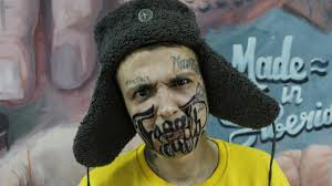 парень набил татуировку на пол лица со словами терять нечего