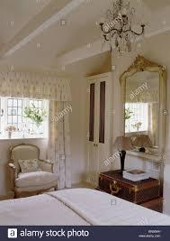 Kronleuchter Und Apex Decke In Creme Land Schlafzimmer Mit Großen