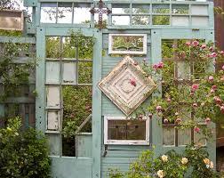 Idee Per Abbellire Il Giardino : Decorare il giardino riciclando le vecchie porte idee