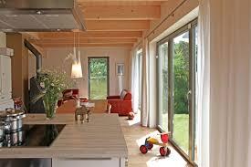 Modernes Und Gemütliches Holzhaus Mit Grauer Balkontür Aus Holz Und