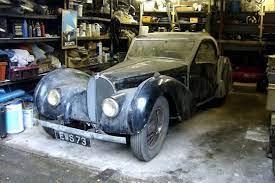 """Das im jahre 1938 gebaute fahrzeug ist eines der letzten französischen modelle, das noch die handschrift des """"patron und gründers ettore bugatti trägt. Scheunenfund Bugatti 57s Versteigert Autobild De"""