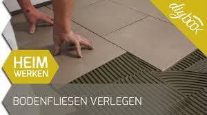 Wollen sie eine fußbodenheizung verlegen, gibt es viel zu beachten fußbodenheizung verlegen. Bodenfliesen Verlegen Youtube