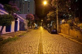 Resultado de imagem para rua arborizada a noite