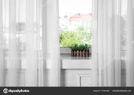 Fensterbank Mit Schönen Modernen Gardinen Stockfoto Belchonock