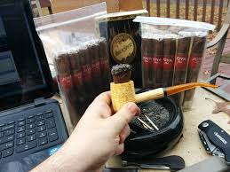 Fumer un cigare mais dans une pipe...?... Images?q=tbn:ANd9GcRx_RyvHzVCx2pxpoDckON751dvwRKHERilpyl4bBrQ0MRdkqX75w
