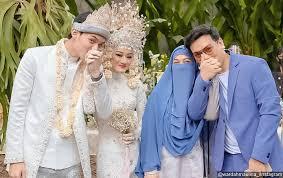 Sang istri awalnya mengunggah kalimat galau di instagram story pada kamis (11/2/2021). Rey Dinda Hauw Kalah Telak Kisah Cinta Natta Reza Nikahi Istri Bercadar Usai Like Ig Bikin Bergetar