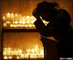 Image result for mujer rezando en la iglesia