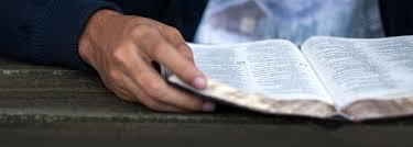Resultado de imagem para jovem lendo a bíblia