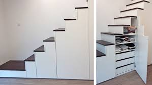 Neben schränken und regalen, die an den wänden aufgestellt werden, kann man einfach den platz unter der treppe nutzen, um hier zusätzlichen stauraum zu gewinnen. 12 Designs Platzsparender Treppen Homify