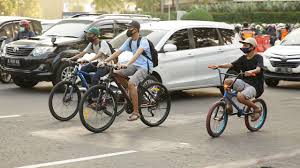 #lunamaya #teamluna #sepeda sebelum covid 19 merebak keberbagai negara, luna maya sempat mengunjungi rio de janeiro, brasil untuk sesi pemotretan sebuah brand. Adu Gaya Sepedaan Ala Luna Maya Vs Syahrini Mana Paling Cetar Era Id